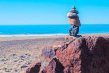 Балансирующие камни на пляже